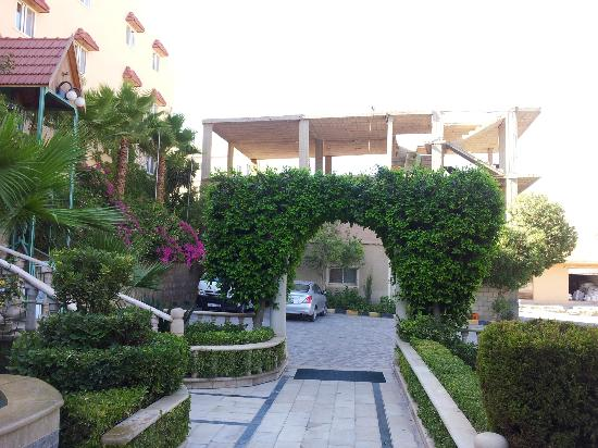Amra Palace Hotel: The entrance to the hotel