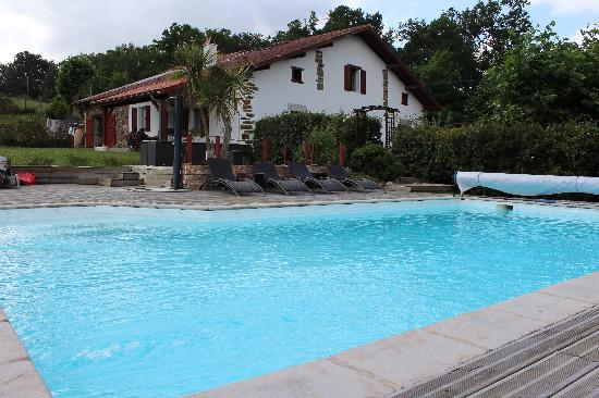 Le Clos Gaxen: Maison vue de la piscine