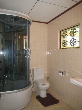 Ranga Holiday Inn: bathroom