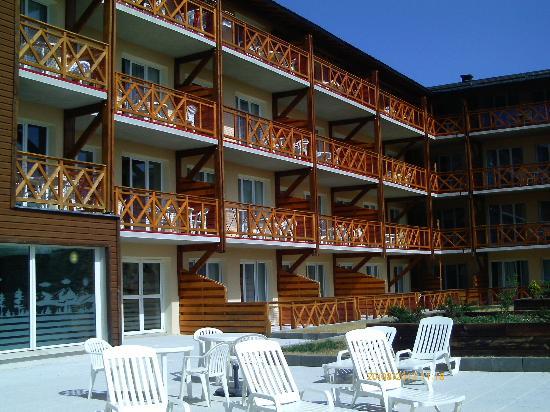 Appart'Vacances Pyrenees 2000: Vue des appartements coté parking / solarium