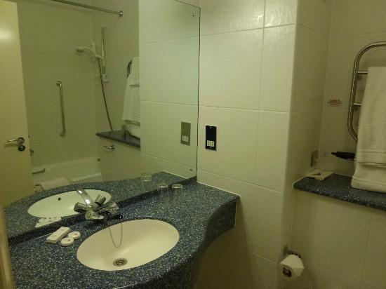 Merton Hotel: Bad in unserem Zimmer
