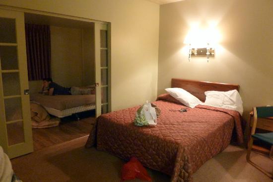هوتل لو فويجر دي كويبيك: chambre les lits sont séparés par une porte coulissant 