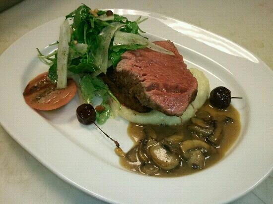 Buckley's Restaurant and Bar: Filet with summer salad of heirloom tomatoes, fennel, potatoes and mushroom jus