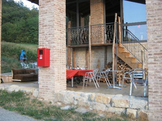 Alleluja Country House: lo spazio esterno per mangiare oppure per fare l'aperitivo
