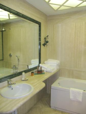 Albergo del Sole Al Pantheon: Marble Bathroom
