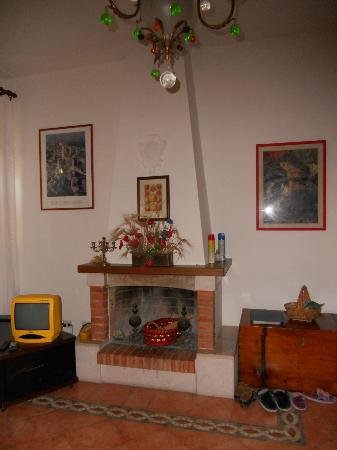 Residence Selvatellino: caminetto