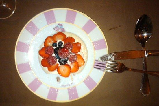 Le Boudoir : Le Pavlova de saison: Meringue, crème légère fraises et roses, et beaucoup de fraises
