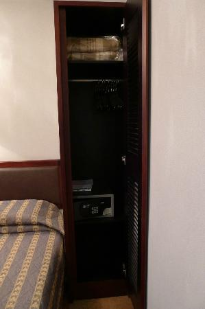 Shamrock Hotel: Mini Cupboard With Deposit Safe