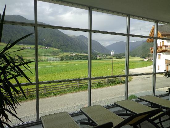 Hotel Stoll: vista della valle di Casies dalla piscina