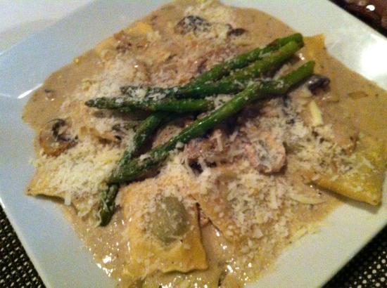 Titi Panini Pasta & Salad Bar: Ravioli with mushroom cream sauce and asparagus. Yum!