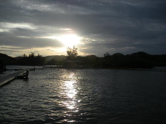 CoCo View Resort: Sunset from the front dock