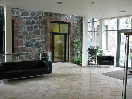 Hotel Sigulda: Rezeption mit Eingang Richtung Altbau