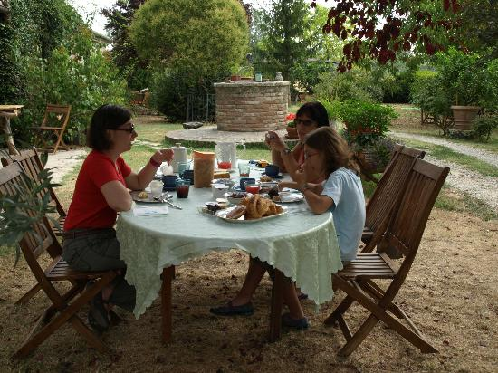 Palazzo a Merse B&B: Desayuno en el jardin. Palazzo a Merse