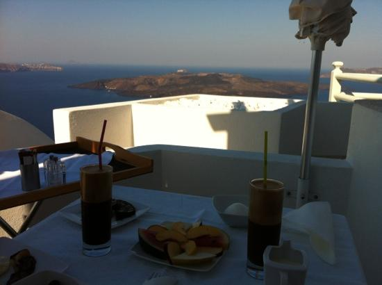 Adamant Suites: sapphire suite breakfast on the balcony