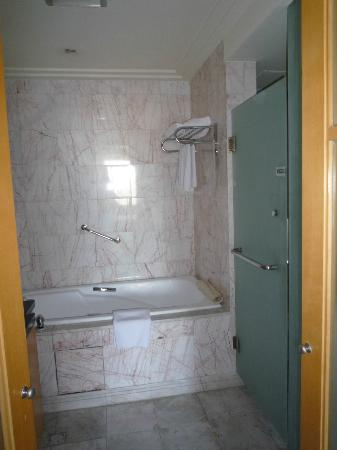 Ascott Beijing: バスルーム、右手にシャワーブースとトイレがあります。