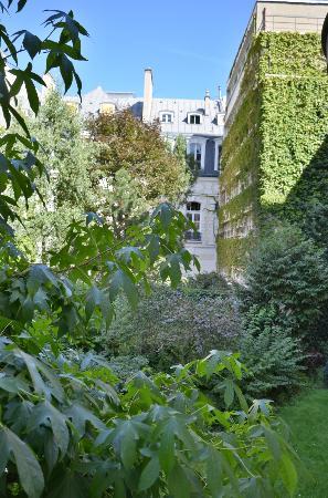 Residence du Roy Hotel: Vista dalla nostra camera (giardino dell'hotel)