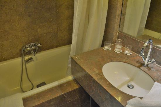 Residence du Roy Hotel: Bathroom