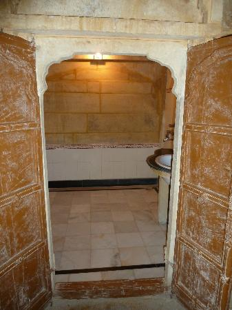 Hotel Shreenath Palace: Bath in the Rajasthani room, great wood doors!