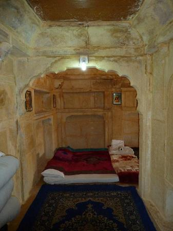 Hotel Shreenath Palace: Rahasthani room...uncomfortable mattress on the floor