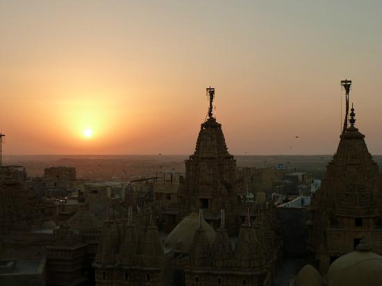 Hotel Shreenath Palace: Sunset from the rooftop over the Jain temples
