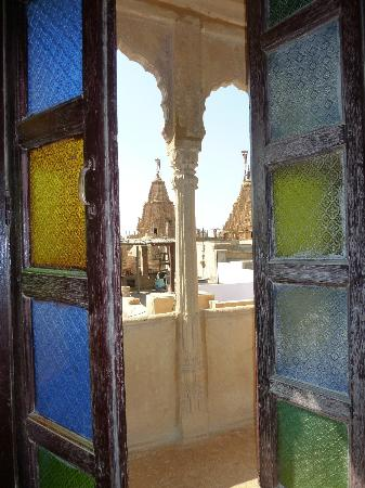Hotel Shreenath Palace: Beautiful stained glass doors in the Maharaja room
