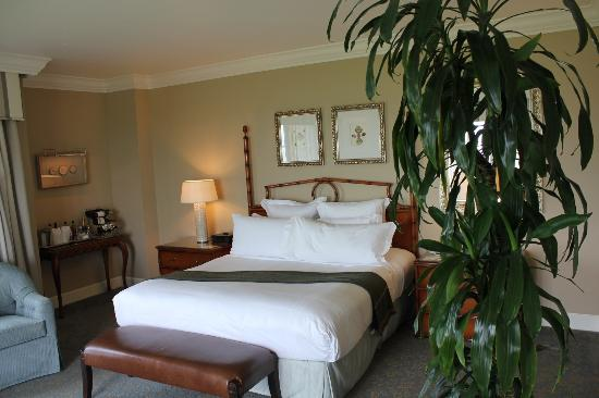 The Ritz-Carlton, Half Moon Bay: Bed, looked out French Doors to the ocean