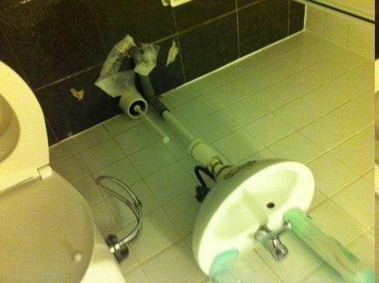 Marnix Hotel: salle de bain TRÈS SAL, moisi, cheveux, poils, odeur d'urine..