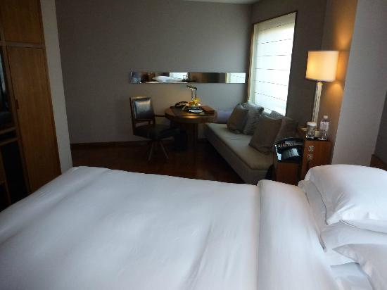 Les Suites Orient, Bund Shanghai : Une autre vue de la chambre avec le coin bureau