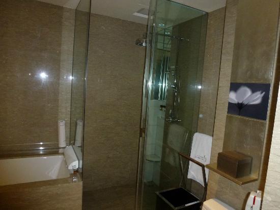 Les Suites Orient, Bund Shanghai : La salle douche avec sa douche Rain Forest