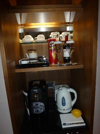 Les Suites Orient, Bund Shanghai : Le mini bar de la chambre