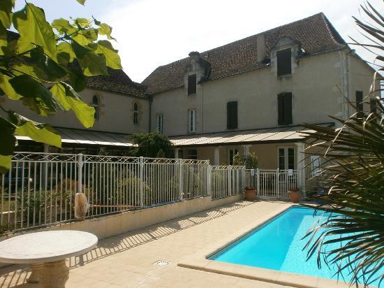 Logis Hostellerie des Ducs: hotel côté piscine et jardin