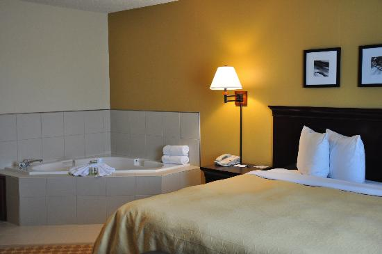 Country Inn & Suites By Carlson, Sioux Falls: Whirlpool Suite
