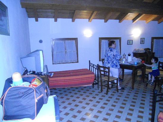 Affittacamere Ca'  Marcello: Parte della grandissima camera a nostra disposizione (c'era anche il soppalco)