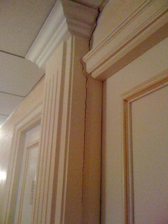 Cannes Palace Hotel : massive cracks in corridor wall