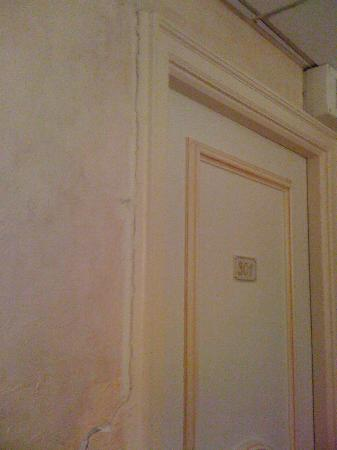Cannes Palace Hotel: cracks..