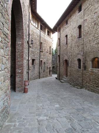 Castello di Petroia: scorcio dal cortile interno