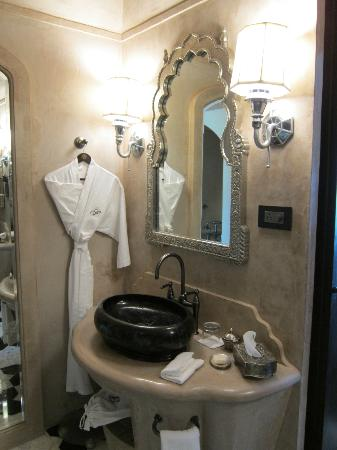 Fairmont Jaipur: Bathroom, with Fairmont bathrobe