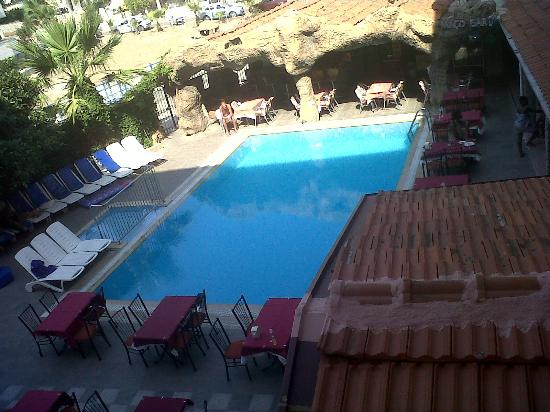 Hotel Kivilcim: The pool just after closing.