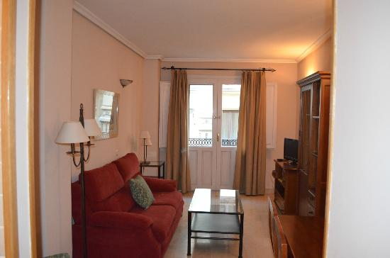 Apartamentos Caballero de Gracia: Sitting / dining room with sofa bed