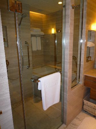 Kerry Hotel Beijing: シャワーブースと深いバスタブがあります。