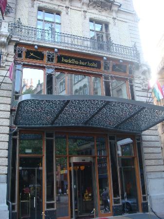 Buddha-Bar Hotel Budapest Klotild Palace: entrée de l'hôtel