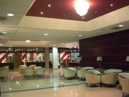 Marko Polo Hotel: Hotel lobby. High polished floors, beautiful lighting.