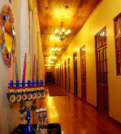 Don Bosco Hotel: Pasillos del hotel con hermosa decoración