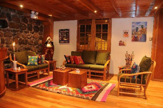 Don Bosco Hotel: Lobby del hotel con un cálido decorado