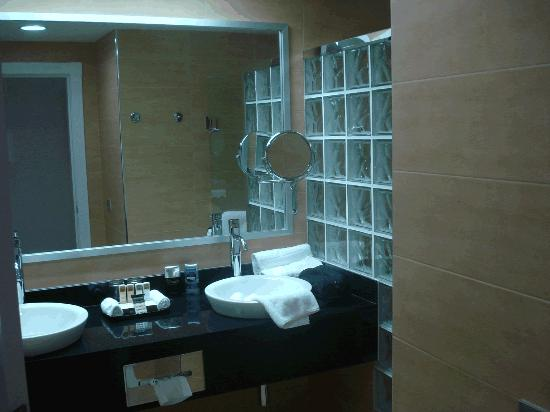 Hotel Riu Palace Macao: Bowl sinks on the vanity