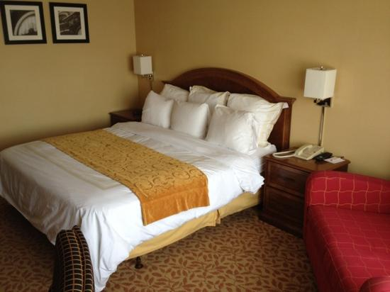 Crowne Plaza Memphis East: la chambre et son grand lit