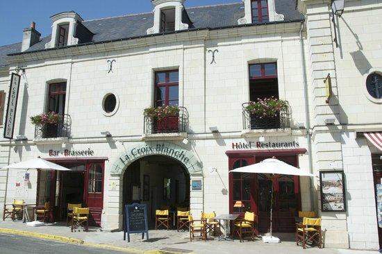Hotel La Croix Blanche Fontevraud: Façade avant de l'hôtel