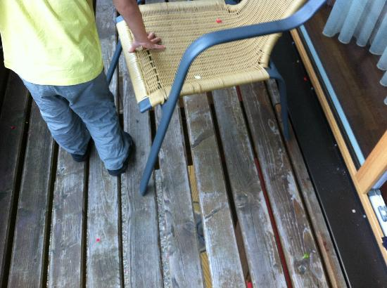 Ulrichshof Baby & Kinder Bio-Resort: Balkon mit unpassenden Stühlen