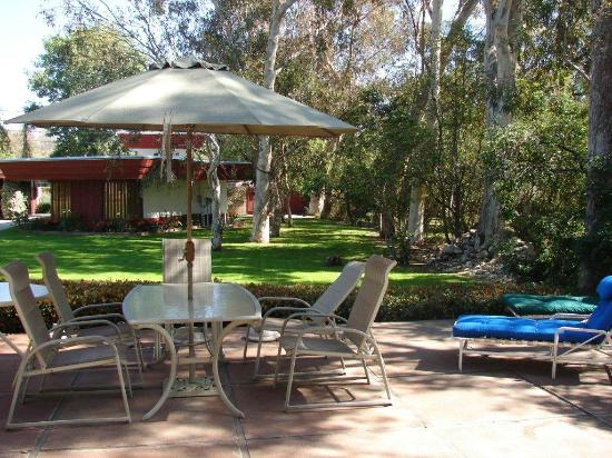 Arroyo del Sol Clothing Optional Bed and Breakfast : Outdoor dining area