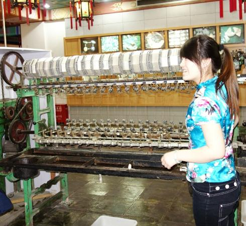 Beijing Dong Wu silk Museum: machine to pull the thread from the cocoons